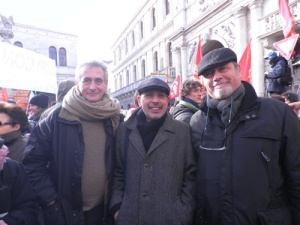 Da sinistra a destra: Serge Quadruppani, Lello Voce e Massimo Carlotto (tratta da GIAP)